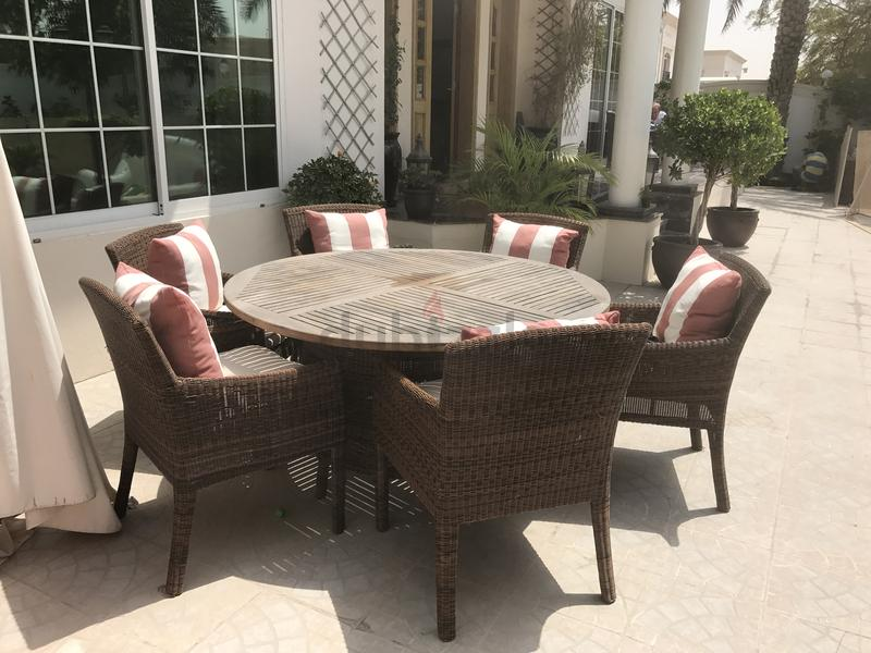 garden table and 6 chairs aed 2500